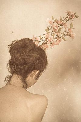 la jeune fille et la fleur - p1594m2187291 by Françoise Chadelas