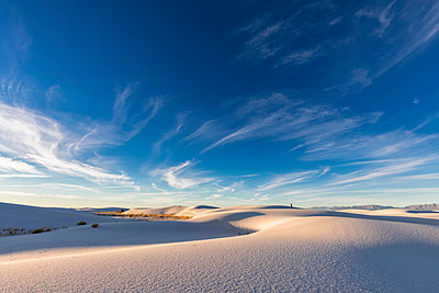 USA, New Mexico, Chihuahua Desert, White Sands National Monument, landscape with person - p300m1417165 by Fotofeeling