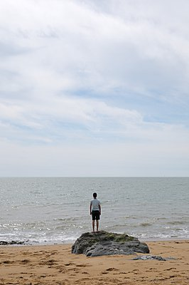 Boy at beach, Frontignan, France - p878m1071954 by Riou