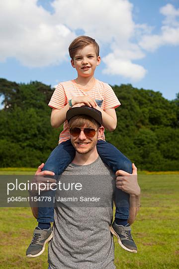 Vater trägt Sohn auf Schultern - p045m1154778 von Jasmin Sander