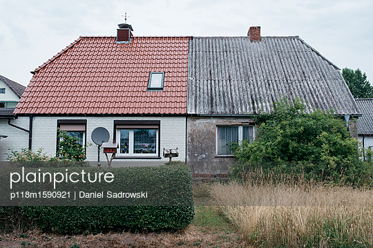 Doppelhaus mit einer renovierten Hälfte - p118m1590921 von Daniel Sadrowski