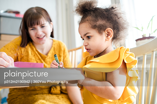 Mother with daughter at home - p312m2190942 by 360You Photography