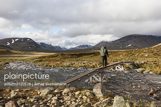 Mature man hiking on Norrbotten, Sweden - p352m2120576 by Jonas Gunnarsson