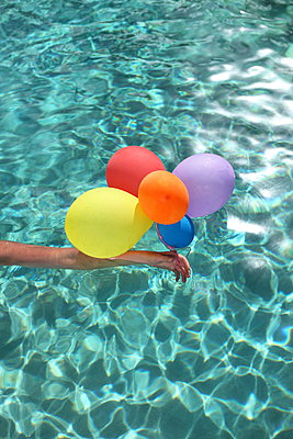 In the pool with balloons - p045m925307 by Jasmin Sander