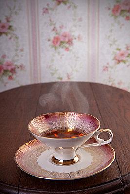 Tasse mit dampfendem Tee - p1156m2064999 von miep