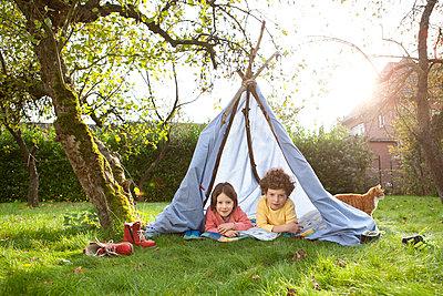 Kinder in selbstgebauten Zelt - p1156m960686 von miep
