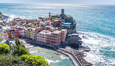 Village on rocky coast, Cinque Terre - p393m1044459 by Manuel Krug