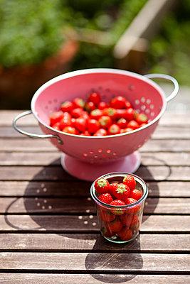 Fresh strawberries - p505m902987 by Iris Wolf
