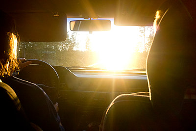 Driving in to the sunset - p956m1044364 by Anna Quinn