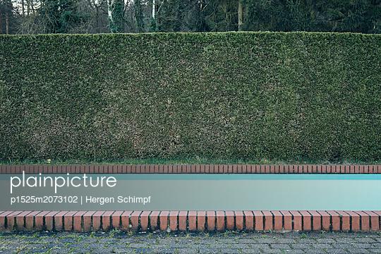 Leerer Pool vor herbstlicher Hecke - p1525m2073102 von Hergen Schimpf