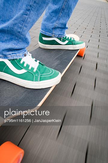 Longboard fahren - p795m1161256 von Janklein