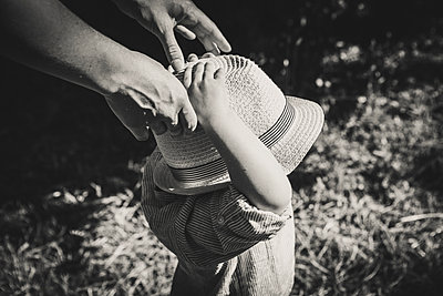 Toddler boy with straw hat - p1150m1194459 by Elise Ortiou Campion