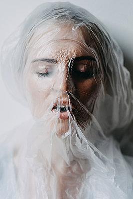 Frau mit Plastiktüte über dem Kopf - p1184m1462529 von brabanski