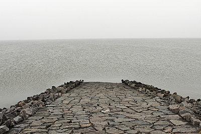 Damm am Meer - p1650323 von Andrea Schoenrock