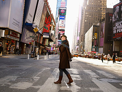 Woman crossing road in Times Square - p4295338 by Frank and Helena