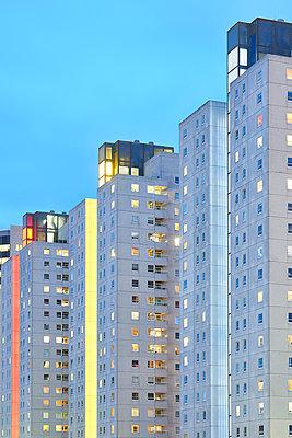 Housing block at twilight - p587m1155104 by Spitta + Hellwig