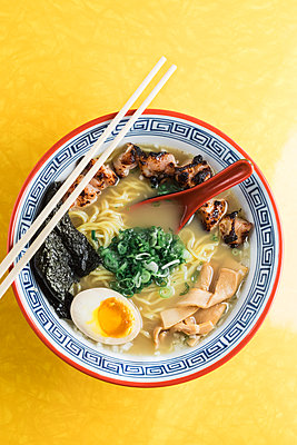 High Angle View of Bowl of Ramen Soup - p694m2068235 by Joyelle West