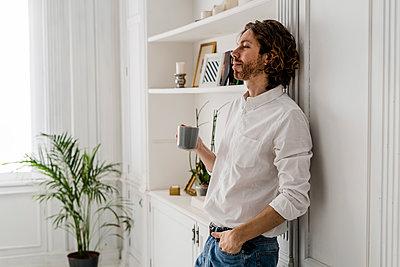 Man having a coffee break at home - p300m2143958 von Giorgio Fochesato