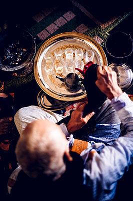 Senior man in Smara refugee camp preparing tea, Tindouf, Algeria - p300m2160249 von Oscar Carrascosa Martinez