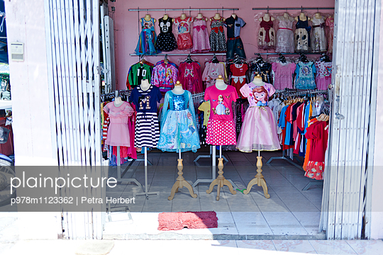 Schaufenster im Kinderladen - p978m1123362 von Petra Herbert