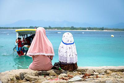Mädchen mit Kopftuch am Ableger - p1273m1556526 von melanka
