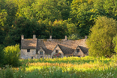 Arlington Row cottages in the Cotswold village of Bibury, Gloucestershire, England, United Kingdom, Europe - p871m993815 by Adam Burton
