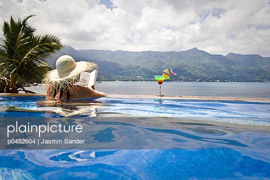 Woman in the pool - p0452604 by Jasmin Sander