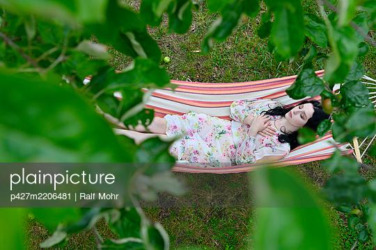 Woman sleeps in a hammock - p427m2206481 by Ralf Mohr