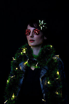 Frau mit Weihnachtsdekoration - p1521m2141349 von Charlotte Zobel