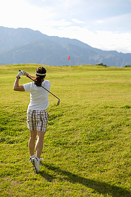 A woman playing golf, Palm Springs, California, USA - p3018984f by Patrick Strattner