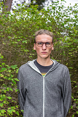 Young man, portrait - p975m2215847 by Hayden Verry