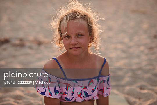 Porträt eines braungebrannten Mädchens am Strand - p1642m2222229 von V-fokuse