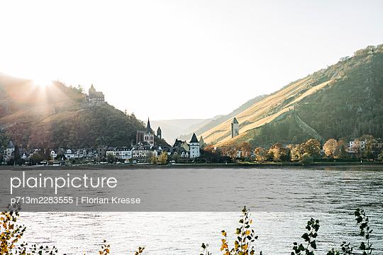 Bacharach am Rhein in the sunlight, Hesse - p713m2283555 by Florian Kresse