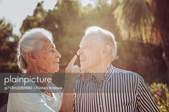 Greece, Senior couple, portrait - p713m2283580 by Florian Kresse