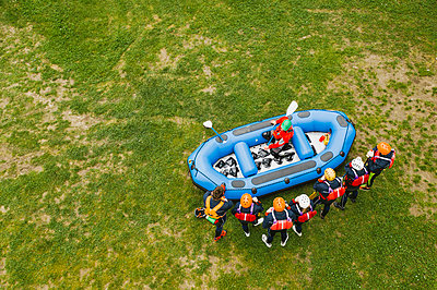 Top view of instructor talking to group of friends at a rafting class - p300m2114099 by Francesco Buttitta