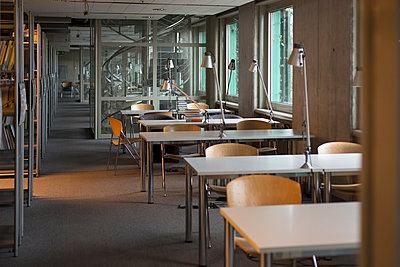 Empty reading room in a university library - p300m950183f by Westend61