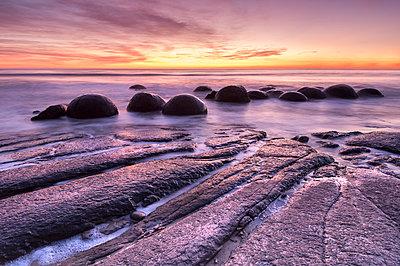 The Moeraki Boulders at Moeraki Beach, Otago, South Island, New Zealand - p871m2068564 by Ed Rhodes