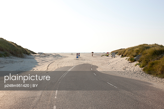 Driveway onto the beach - p248m951420 by BY