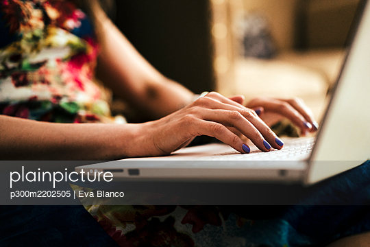 Close-up of woman's hands using laptop at home - p300m2202505 by Eva Blanco