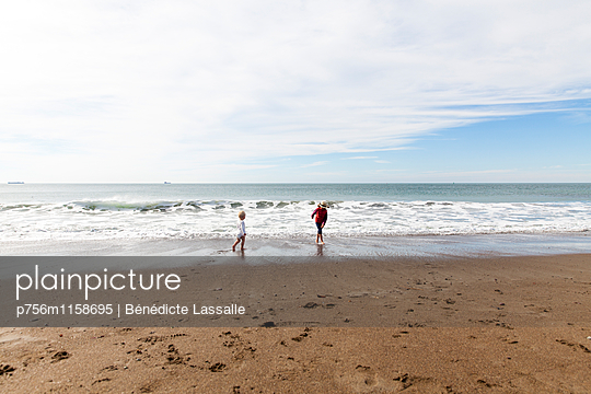 Geschwister am Strand, San Francisco - p756m1158695 von Bénédicte Lassalle
