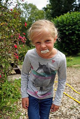 a little girl with Dracula teeth - p1610m2196446 by myriam tirler