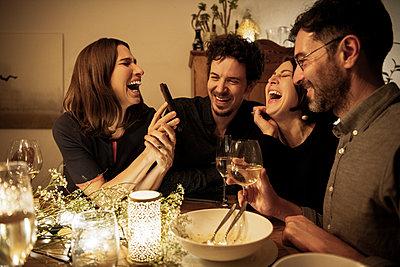 dinner with friends - p300m2282708 von Malte Jäger