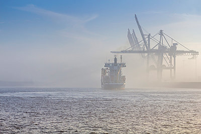 Germany, Hamburg, container ship disapears in the dense fog in the port of Hamburg - p300m991622 by Stefan Kunert