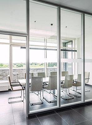 Moderner Konferenzraum  - p390m1510872 von Frank Herfort