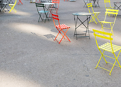 Empty chairs and table in a sidewalk café, Herald Square, Manhattan, New York - p758m2183883 by L. Ajtay