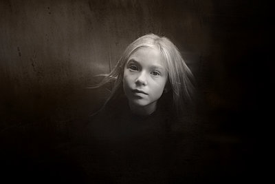 Portrait of blonde girl, mystic atmosphere - p945m2177754 by aurelia frey