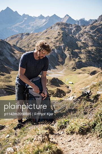 Junger Wanderer in den Bergen - p1142m2056595 von Runar Lind