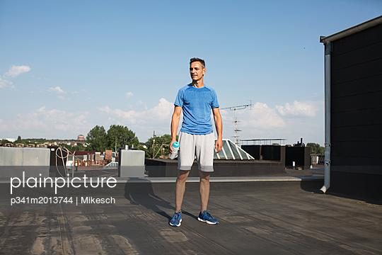 Mann auf dem Dach - p341m2013744 von Mikesch