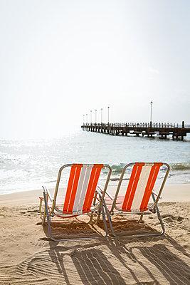Zwei Klappstühle am Meer - p045m2161154 von Jasmin Sander