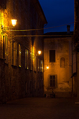 Narrow street in Italy - p3930186 by Manuel Krug